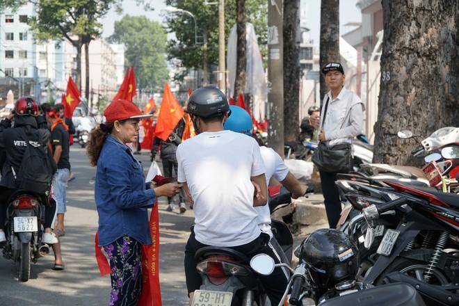 Hàng trăm bạn trẻ Sài Gòn ngồi hàng giờ dưới nắng nóng chờ giao lưu với đội tuyển U23 - Ảnh 7.