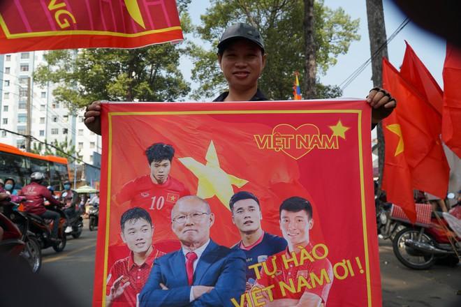Hàng trăm bạn trẻ Sài Gòn ngồi hàng giờ dưới nắng nóng chờ giao lưu với đội tuyển U23 - Ảnh 10.