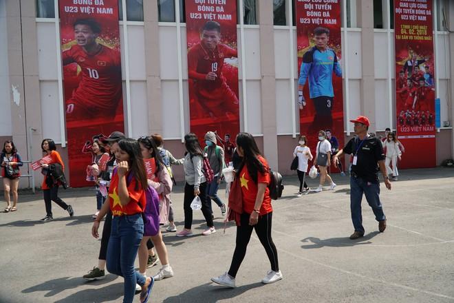 Hàng trăm bạn trẻ Sài Gòn ngồi hàng giờ dưới nắng nóng chờ giao lưu với đội tuyển U23 - Ảnh 1.