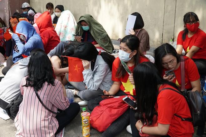 Hàng trăm bạn trẻ Sài Gòn ngồi hàng giờ dưới nắng nóng chờ giao lưu với đội tuyển U23 - Ảnh 2.