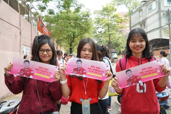 Hàng trăm bạn trẻ Sài Gòn ngồi hàng giờ dưới nắng nóng chờ giao lưu với đội tuyển U23 - Ảnh 9.