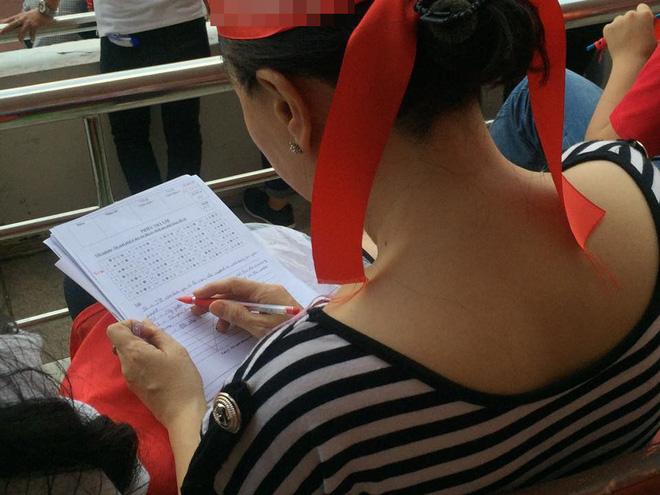 Quá hâm mộ U23 Việt Nam, cô giáo mang cả bài thi đến SVĐ vừa chấm vừa giao lưu - Ảnh 2.