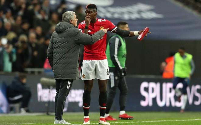 """""""Thả hai hổ vào một chuồng"""", Mourinho đang thổi bùng """"nội chiến"""" ở Old Trafford?"""