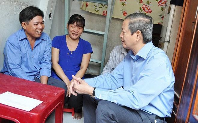 Lãnh đạo TP.HCM lấy tiền túi tặng thêm cho người nghèo