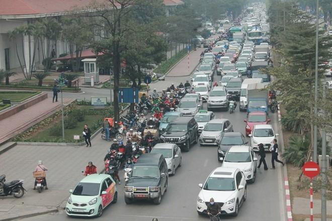 Xe ùn ùn đổ về Hà Nội ngày cận Tết - Ảnh 1.