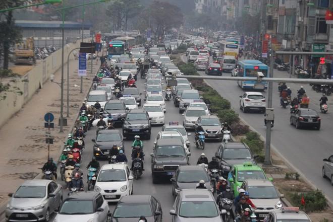 Xe ùn ùn đổ về Hà Nội ngày cận Tết - Ảnh 2.