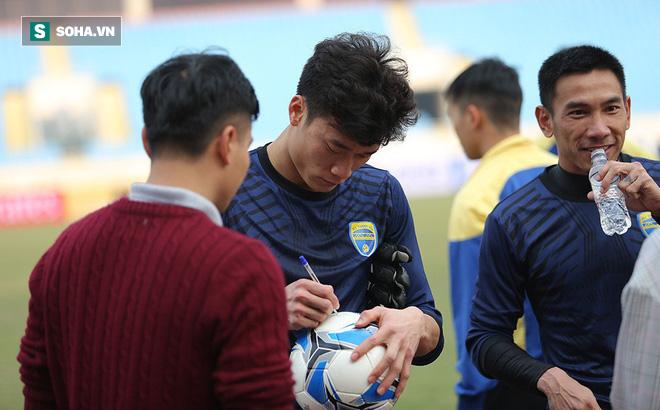 Trước đại chiến ở sân chơi châu Á, thủ môn Bùi Tiến Dũng có khoảng lặng đáng quý