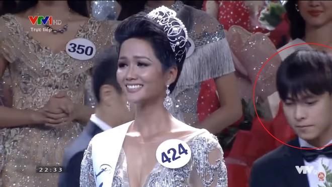 Xuất hiện vài giây, trai đẹp khiến dân mạng truy lùng không kém tân Hoa hậu HHen Niê - Ảnh 1.