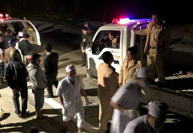 Tai nạn ở đèo Lò Xo, Kon Tum: Hàng chục y bác sĩ đến hiện trường  giữa đêm để cấp cứu người.