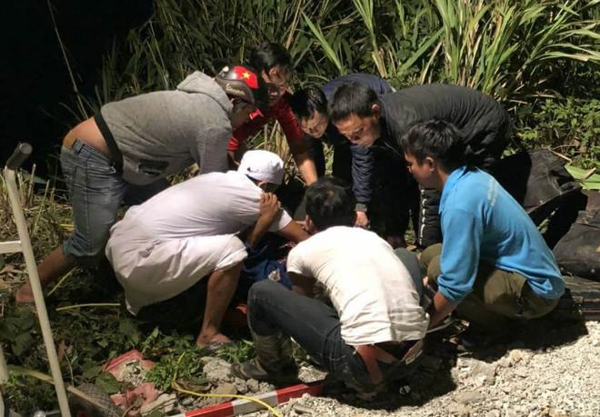 Nạn nhân nằm chồng lên nhau sau khi xe khách lao xuống vực đèo Lò Xo - Ảnh 1.
