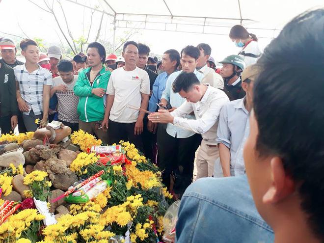 Hai con rắn xuất hiện trên ngôi mộ vô danh, hàng nghìn dân tập trung cúng bái - Ảnh 2.