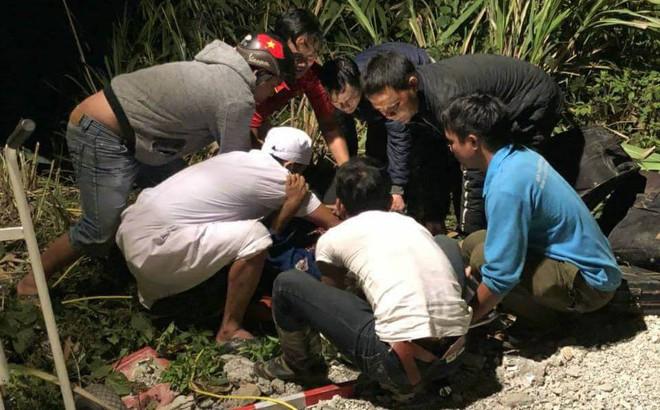 Người bị thương nằm la liệt ở hiện trường xe khách rơi xuống vực sâu 70m đèo Lò Xo
