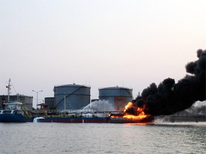 Tàu chở dầu cháy lớn ở Hải Phòng đang chở 900m3 xăng A92 - Ảnh 1.
