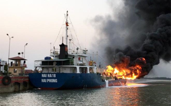 Tàu chở dầu cháy lớn ở Hải Phòng đang chở 900m3 xăng A92