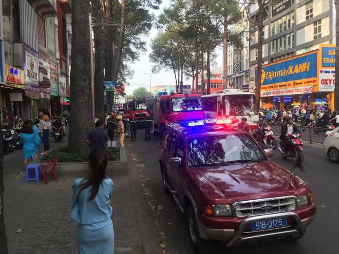 Gần 100 cảnh sát khống chế đám cháy tại phòng khám nha khoa ở Sài Gòn - Ảnh 1.