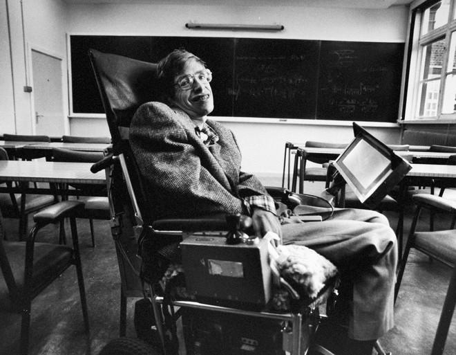 8 tuổi mới biết đọc, từng là sinh viên lười, điều gì khiến Stephen Hawking nỗ lực làm nên điều kỳ diệu nhất cuộc đời? - Ảnh 1.