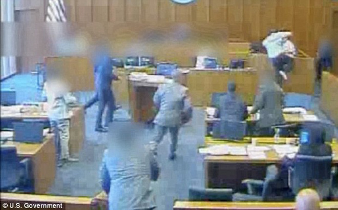Video: Liều lĩnh tấn công nhân chứng ngay tại tòa, bị cáo bị bắn chết