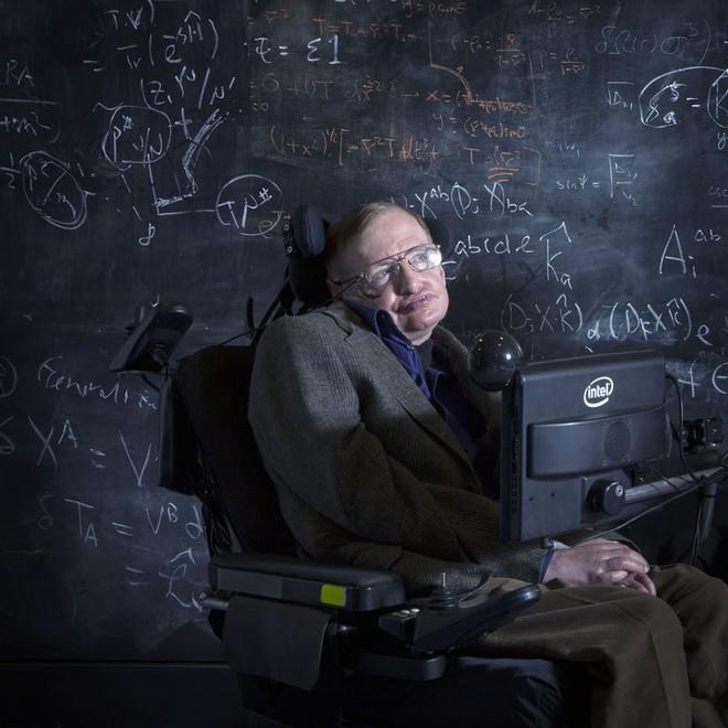 Câu chuyện về chiếc xe lăn diệu kỳ của huyền thoại Stephen Hawking: người kết nối vũ trụ trên từng vòng xoay - Ảnh 1.