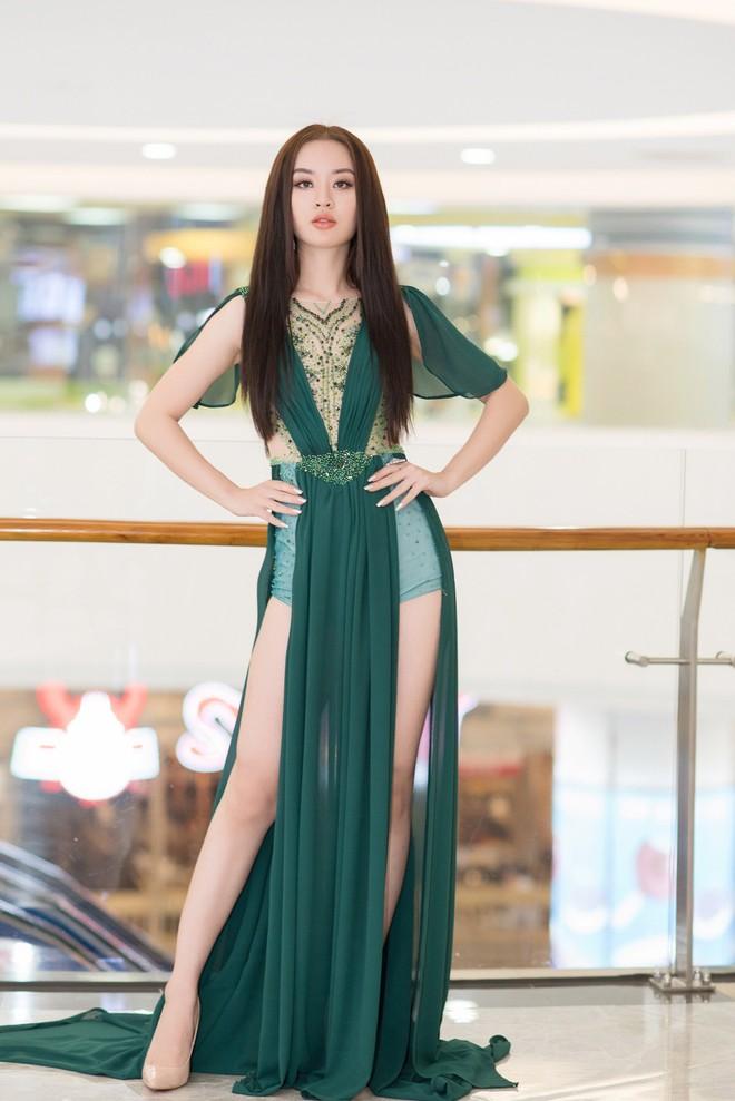 Hoàng Hải Thu xinh đẹp, khoe chân dài gợi cảm trên thảm đỏ - Ảnh 4.