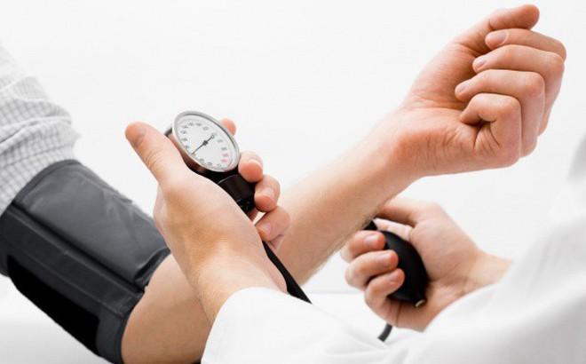 Chuyên gia hướng dẫn sơ cứu đúng cách khi bị hạ huyết áp, tránh biến chứng tim mạch cực nguy hiểm