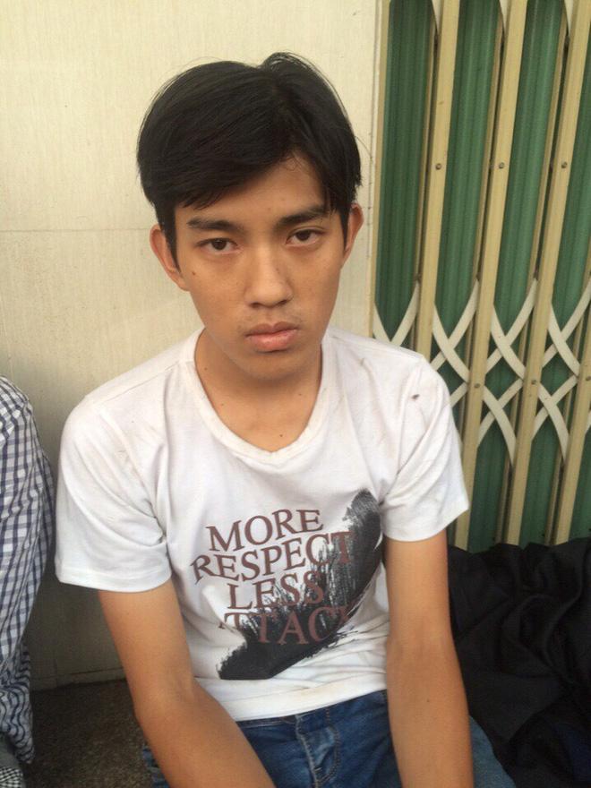Bị truy đuổi, 2 tên cướp dùng dao chống trả cảnh sát đặc nhiệm trên phố Sài Gòn - Ảnh 1.