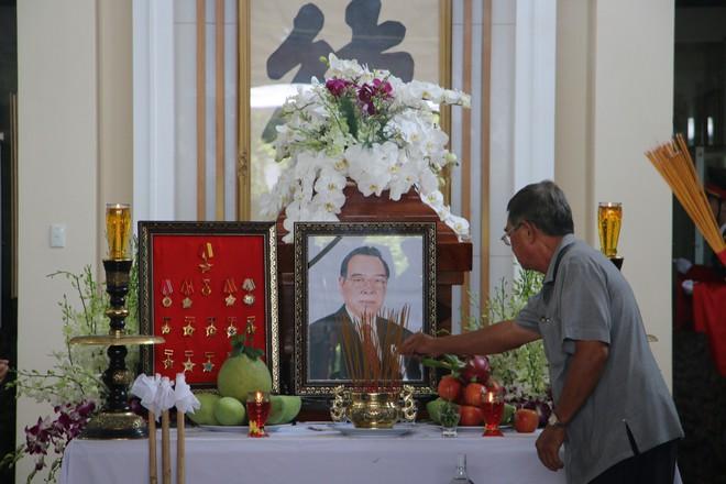 Người thân, hàng xóm đến thắp hương cho nguyên Thủ tướng Phan Văn Khải.