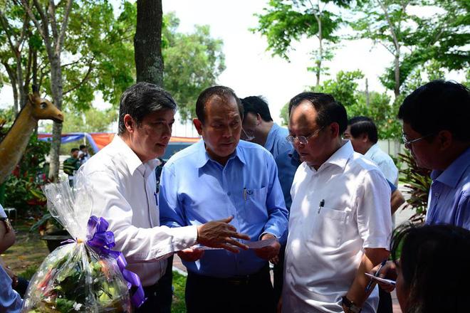 Lễ tang thủ tướng Phan Văn Khải: Phó thủ tướng Trương Hòa Bình đến thăm viếng.
