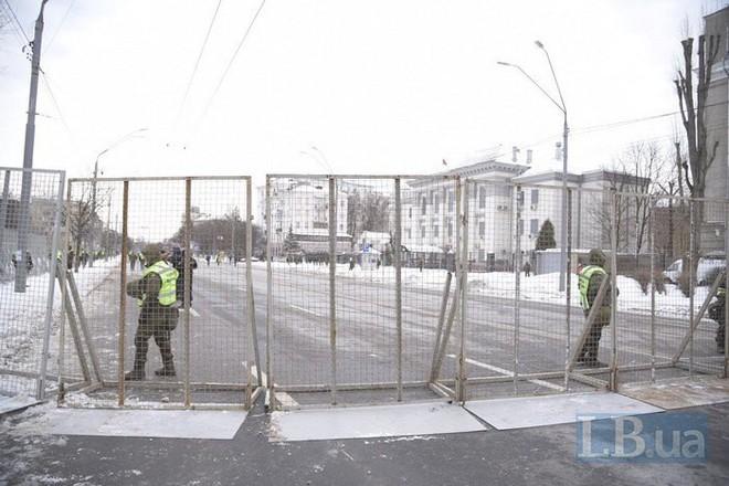 [Chùm ảnh] Ukraine triển khai an ninh dày đặc phong tỏa ĐSQ Nga để chặn cử tri bỏ phiếu - Ảnh 6.