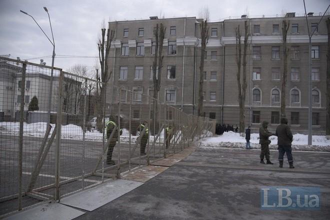 [Chùm ảnh] Ukraine triển khai an ninh dày đặc phong tỏa ĐSQ Nga để chặn cử tri bỏ phiếu - Ảnh 2.