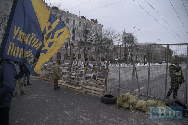 [Chùm ảnh] Ukraine triển khai an ninh dày đặc phong tỏa ĐSQ Nga để chặn cử tri bỏ phiếu - Ảnh 5.