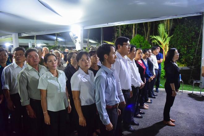 Người dân vượt đường xa đến viếng nguyên Thủ tướng Phan Văn Khải trong đêm - Ảnh 2.