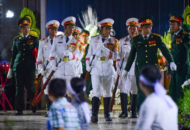 Người dân vượt đường xa đến viếng nguyên Thủ tướng Phan Văn Khải trong đêm - Ảnh 5.
