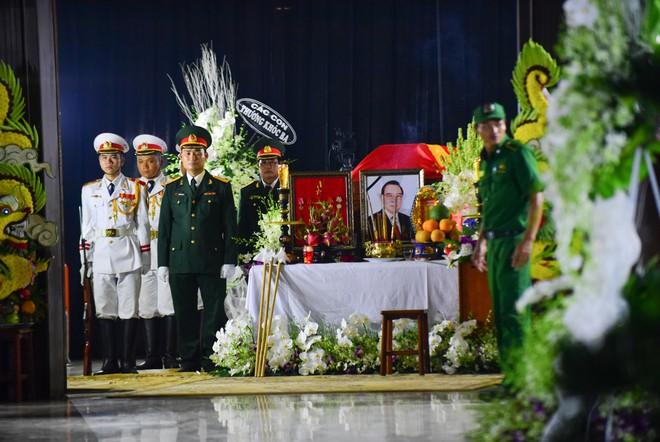 Người dân vượt đường xa đến viếng nguyên Thủ tướng Phan Văn Khải trong đêm - Ảnh 4.