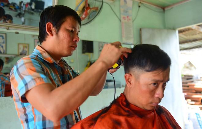 Cận cảnh tiệm cắt tóc bình dân ở Củ Chi hay đón vị khách đặc biệt - bác Sáu Khải - Ảnh 7.