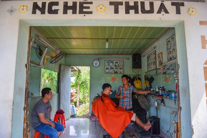 Cận cảnh tiệm cắt tóc bình dân ở Củ Chi hay đón vị khách đặc biệt - bác Sáu Khải - Ảnh 5.