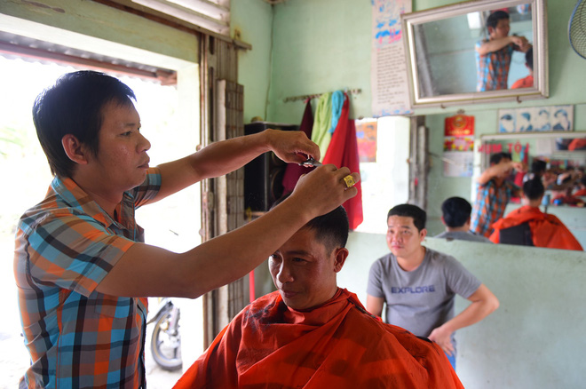 Cận cảnh tiệm cắt tóc bình dân ở Củ Chi hay đón vị khách đặc biệt - bác Sáu Khải - Ảnh 4.