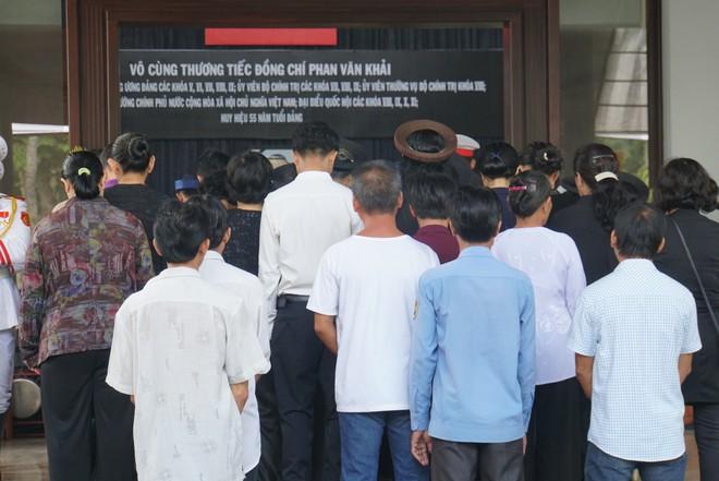 Người dân vượt đường xa đến viếng nguyên Thủ tướng Phan Văn Khải trong đêm - Ảnh 7.