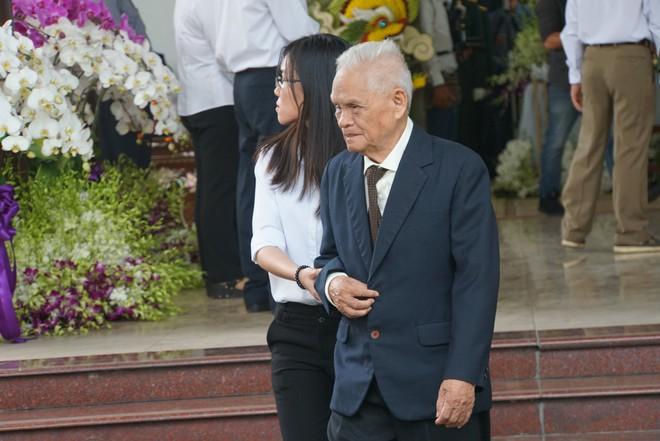 Người dân vượt đường xa đến viếng nguyên Thủ tướng Phan Văn Khải trong đêm - Ảnh 10.