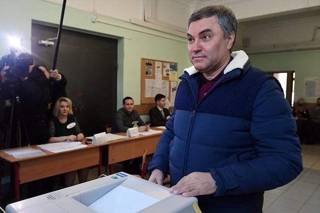 [Chùm ảnh] Ukraine triển khai an ninh dày đặc phong tỏa ĐSQ Nga để chặn cử tri bỏ phiếu - Ảnh 4.