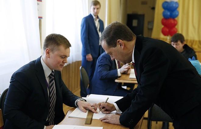 [Chùm ảnh] Ukraine triển khai an ninh dày đặc phong tỏa ĐSQ Nga để chặn cử tri bỏ phiếu - Ảnh 1.