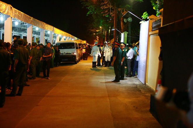 Hàng nghìn người dân đứng bên đường đưa tiễn linh cữu nguyên Thủ tướng Phan Văn Khải - Ảnh 3.