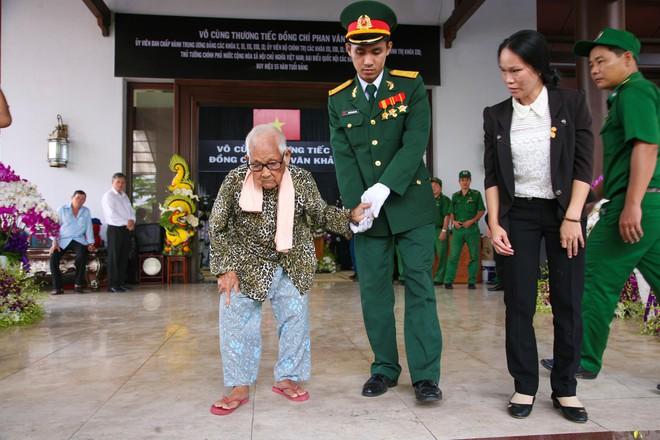 Di quan linh cữu nguyên Thủ tướng Phan Văn Khải về Hội trường Thống Nhất - Ảnh 10.