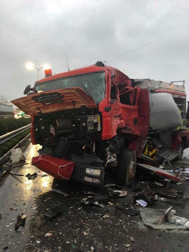 Xe khách đâm xe cứu hỏa trên cao tốc, 10 người bị thương, 1 chiến sỹ đã hi sinh - Ảnh 3.
