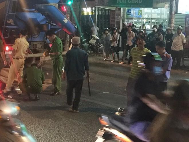 Xe bồn va 2 xe máy ở Bình Chánh, 1 người tử vong - Ảnh 2.
