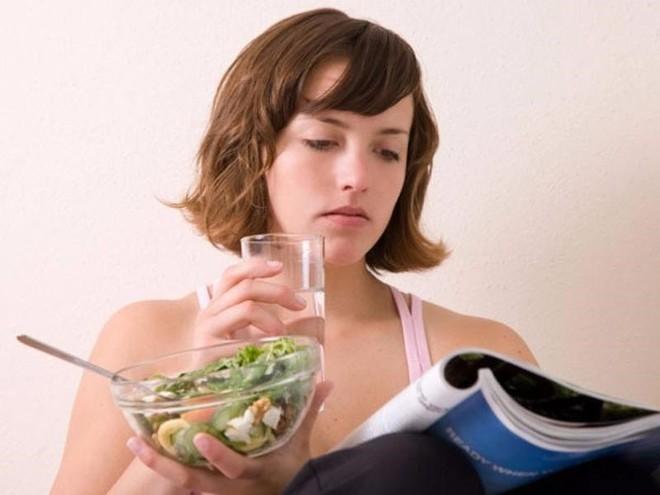 Vừa ăn cơm vừa uống nước, có nên tiếp tục? - Ảnh 1.