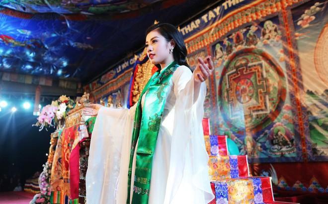 Sao Mai Thu Hằng trong trẻo, thoát tục hát nhạc Phật