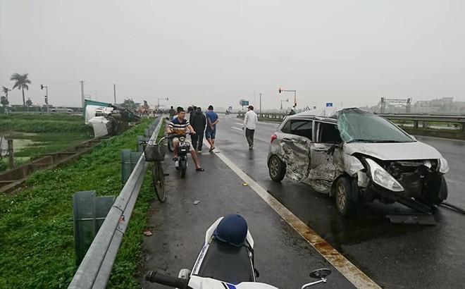 Ô tô 4 chỗ biến dạng sau cú tông của xe container