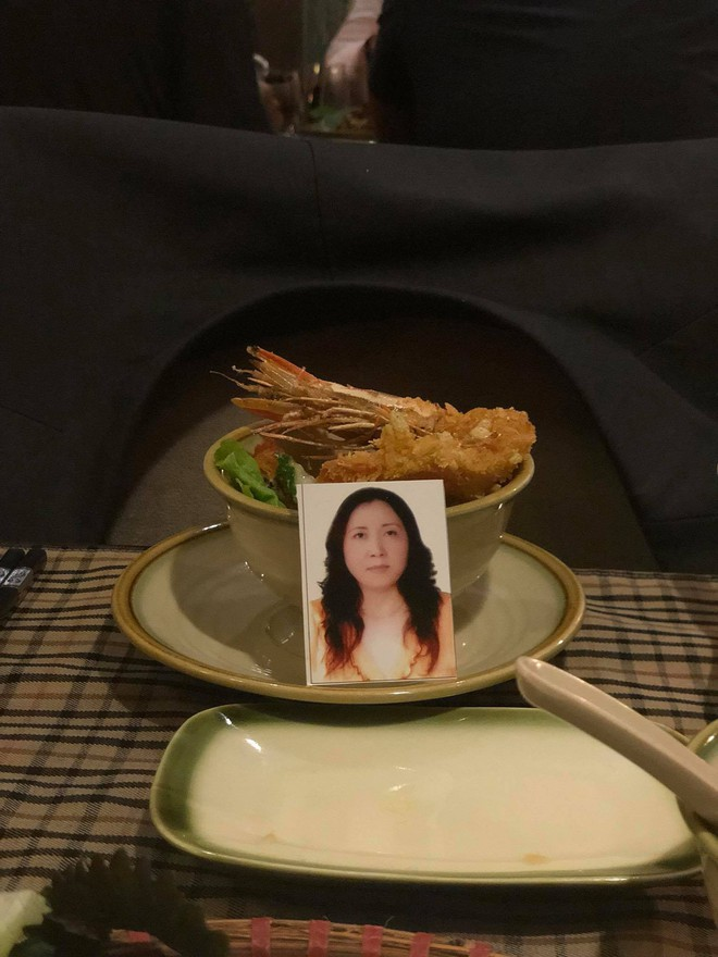 Bàn ăn 3 người, 4 bộ bát đũa và hành trình 31 năm khiến dân mạng Việt rơi nước mắt - Ảnh 2.
