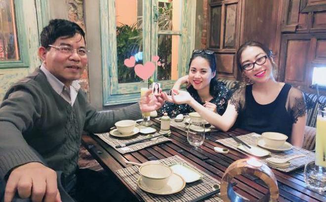 Bàn ăn 3 người, 4 bộ bát đũa và hành trình 31 năm khiến dân mạng Việt rơi nước mắt