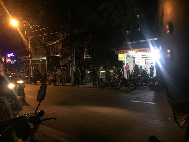 Đổ bia lên đầu vì không thích cụng ly, nam thanh niên ở Sài Gòn bị đâm vào lưng tử vong - Ảnh 1.